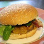 Black Angus Cheeseburger mit Bauernschinken und Feldsalat