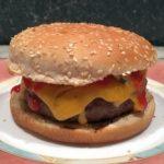 Rindfleischburger mit Cheddar und Blauschimmelkäse