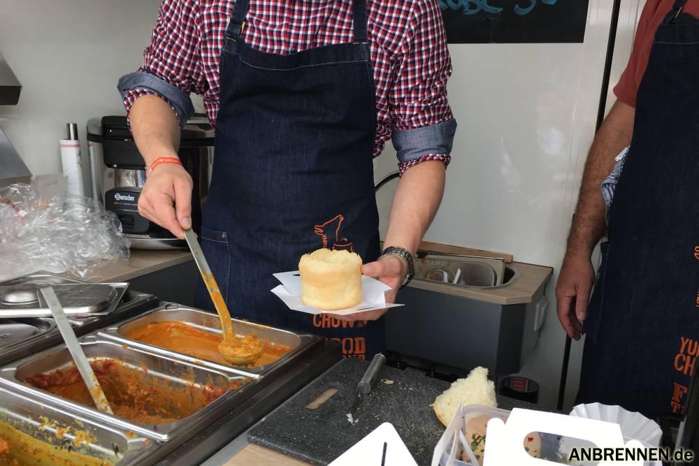 So wird Yummy Chow in einem Foodtruck zubereitet.